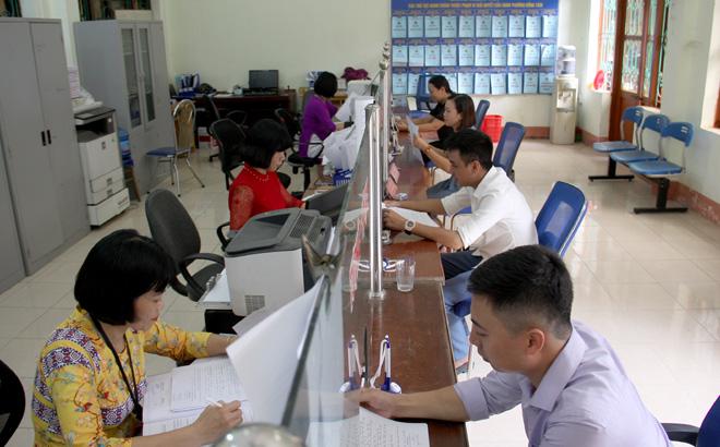 Cán bộ Bộ phận Phục vụ hành chính công phường Đồng Tâm, thành phố Yên Bái giải quyết công việc cho người dân.