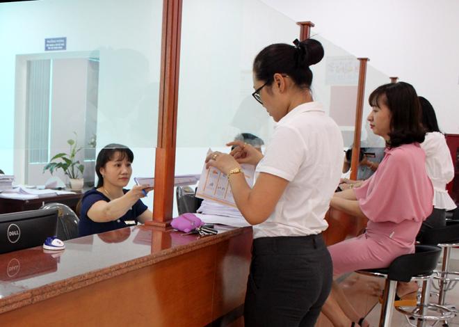 """Người dân đến giao dịch tại bộ phận """"một cửa"""" của Bảo hiểm xã hội tỉnh Yên Bái."""