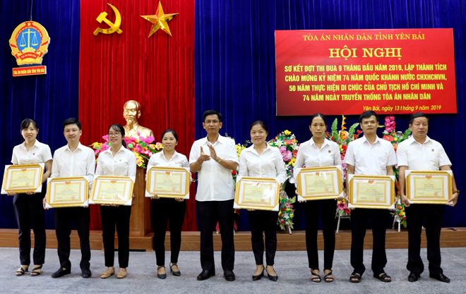 Đồng chí Phan Văn Tiến – Chánh án TAND tỉnh tặng giấy khen cho các tập thể, cá nhân đã có thành tích xuất sắc trong 2 đợt thi đua 9 tháng đầu năm 2019.