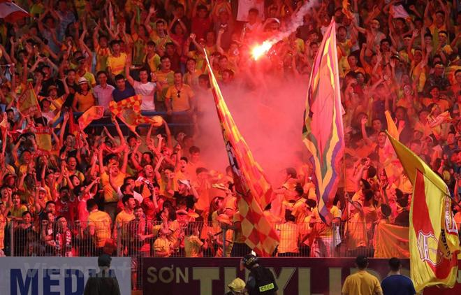 Câu lạc bộ Hà Nội và Nam Định bị phạt 85 triệu đồng sau sự cố pháo sáng tại Hàng Đẫy tối 11/9.