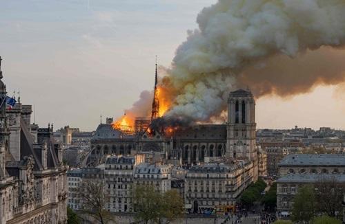 Khói và bụi bốc lên từ hiện trường vụ cháy Nhà thờ Đức Bà ở Paris, Pháp hôm 15/4.