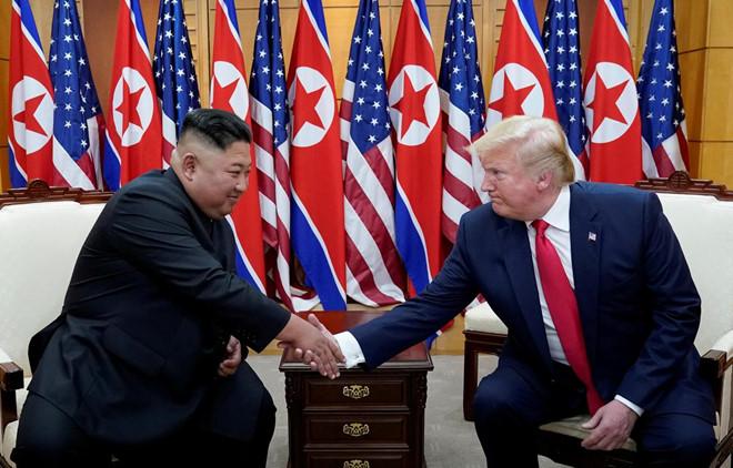 Tổng thống Trump (phải) và Chủ tịch Kim gặp nhau tại Bàn Môn Điếm vào ngày 30.6