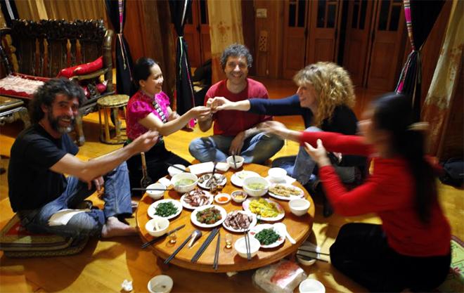 Đến với homestay, du khách được trải nghiệm công việc hàng ngày và thưởng thức các món ăn truyền thống của đồng bào.  (Ảnh: Thanh Miền)
