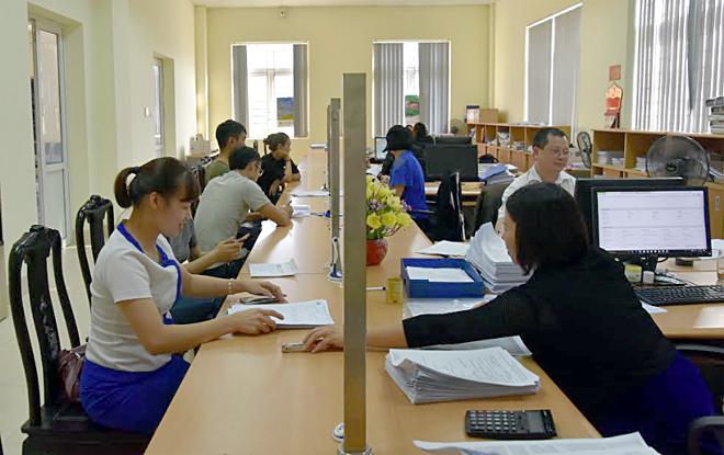 Bộ phận một cửa Chi cục Thuế thành phố Yên Bái tạo thuận lợi cho người dân đến giao dịch.