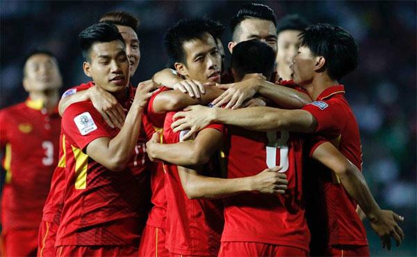 Tuyển bóng đá Việt Nam tụt 2 bậc sau trận hòa Thái Lan.