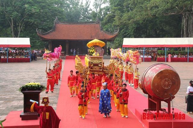 Lễ rước kiệu tại lễ hội.