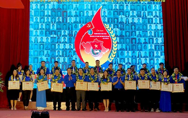 Lãnh đạo Đoàn khối Các cơ quan Trung ương tặng Bằng khen của Trung ương Đoàn cho 24 cán bộ, đoàn viên thanh niên tiên tiến giai đoạn 2018 - 2019.