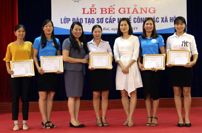 Thạc sỹ Ngô Minh Hiền - Giám đốc Trung tâm Đà o tạo nâng cao năng lực phụ nữ, Học viện Phụ nữ Việt Nam và Giám đốc Trung tâm Hỗ trợ phụ nữ tặng giấy khen của Học viện cho các học viên xuất sắc