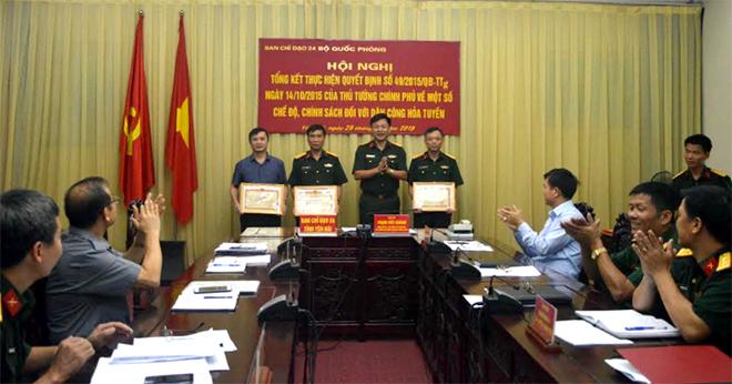 Ban chỉ đạo 24 tỉnh Yên Bái trao khen thưởng của Bộ Tư lệnh Quân khu II cho các tập thể và cá nhân