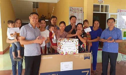 Đoà n công tác của Ban dân tộc tỉnh Là o Cai tặng quà cho Trường Mầm non Khánh Thiện