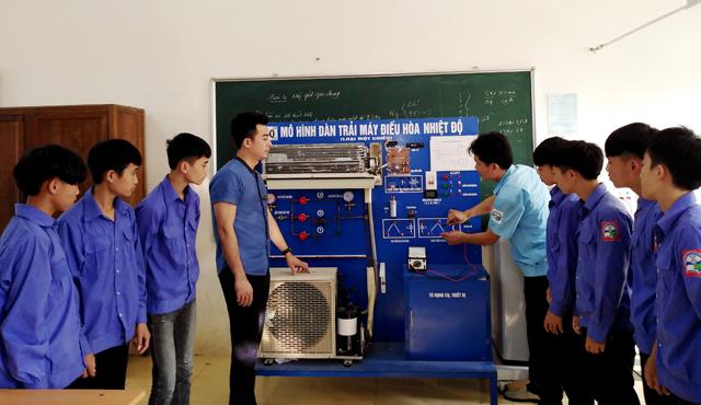 Lãnh đạo Trường Trung cấp Dân tộc nội trú Nghĩa Lộ kiểm tra thực hành điện