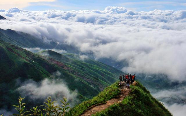 """""""Biển mây"""" Tà Xùa thu hút đông đảo khách tới tham quan."""