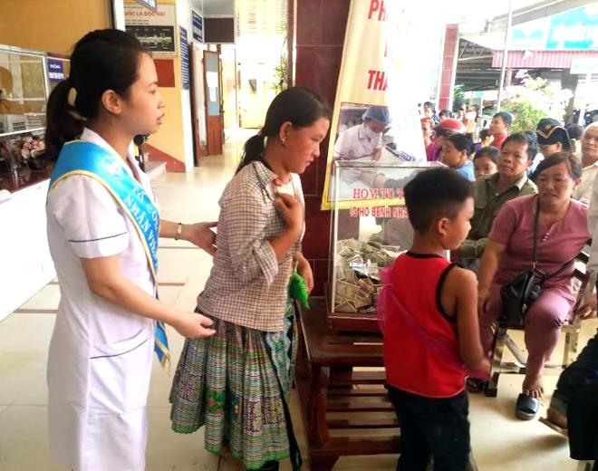 Tổ công tác xã hội của Trung tâm Y tế huyện Văn Yên hướng dẫn, hỗ trợ bệnh nhân đến khám và điều trị.
