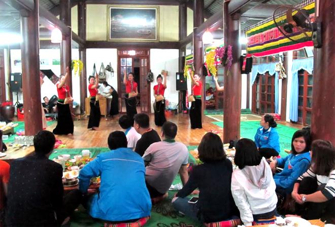 Mô hình tham gia Tổ hợp tác du lịch cộng đồng của anh Sa Bích Nghị ở thôn Đêu 2, xã Nghĩa An ngày càng thu hút khách du lịch.