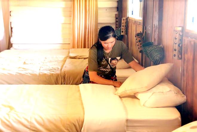 Nhân viên khu du lịch Ecolodge, bản Hua Khắt, xã Nậm Khắt, huyện Mù Cang Chải dọn dẹp phòng nghỉ khi đón khách.