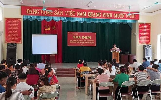 Tọa đàm nhân Ngày Dân số thế giới 11/7, cung cấp thông tin về kiểm soát mất cân bằng giới tính khi sinh tại thị xã Nghĩa Lộ.