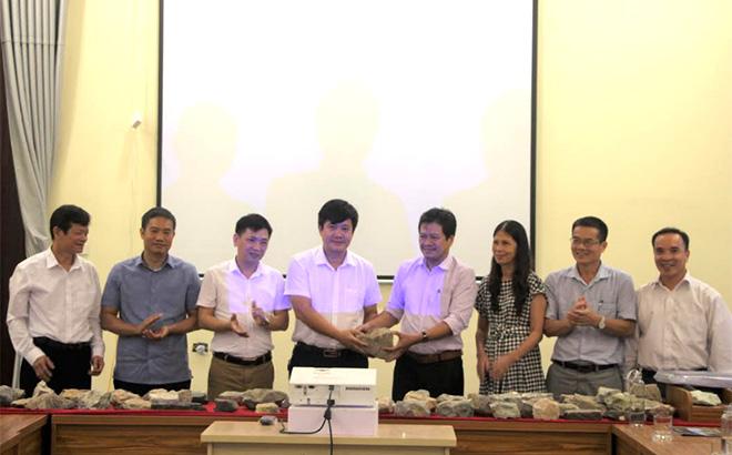 Lễ tiếp nhận mẫu vật địa chất và khoáng sản từ Bảo tàng Địa chất - Tổng cục Địa chất và Khoáng sản Việt Nam tại Bảo tàng tỉnh Yên Bái.
