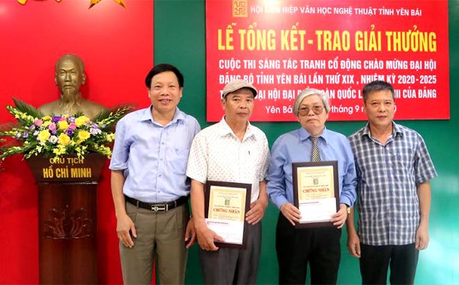 Ban tổ chức trao giải Nhất cho tác giả Nguyễn Bá Siếu và giải Nhì cho tác giả Nguyễn Anh Thập.
