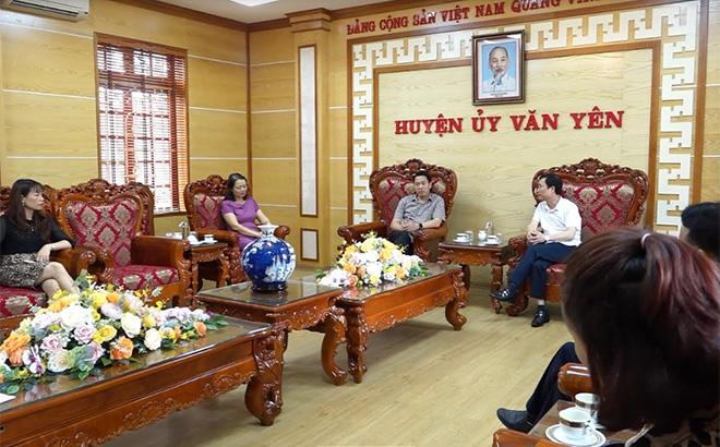 Đồng chí Nguyễn Minh Tuấn làm việc với lãnh đạo huyện Văn Yên về công tác tuyên truyền, trang trí khánh tiết chuẩn bị cho Đại hội Đảng bộ tỉnh Yên Bái lần thứ XIX trên địa bàn huyện.