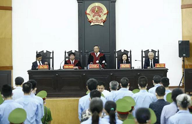 Hội đồng xét xử tuyên án các bị cáo.