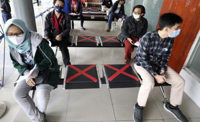 Người dân duy trì giãn cách chờ xét nghiệm COVID-19 bắt buộc ở Jakarta, Indonesia.