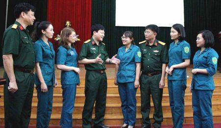 Đại tá Nguyễn Như Bách - Phó Chủ nhiệm Chính trị Quân khu II cùng lãnh đạo Bộ Chỉ huy Quân sự tỉnh trao đổi với các nữ dân quân, tự vệ về công tác giáo dục chính trị ở cơ sở.