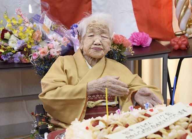 Cụ Kane Tanaka, 117 tuổi,  sống ở Fukuoka, Nhật Bản được tổ chức  Kỷ lục Thế giới Guiness