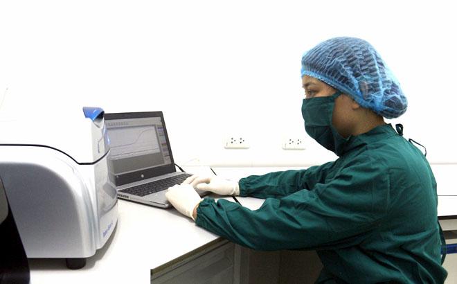 Cán bộ Trung tâm Kiểm soát bệnh tật tỉnh Yên Bái thực hiện xét nghiệm khẳng định mắc COVID-19.