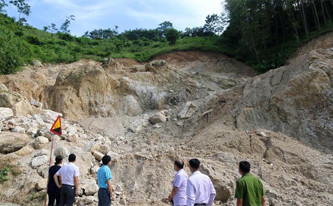 Đoàn kiểm tra liên ngành huyện Văn Yên kiểm tra khu vực san ủi, khai thác đất trái phép tại thôn Khe Trang, xã An Bình.