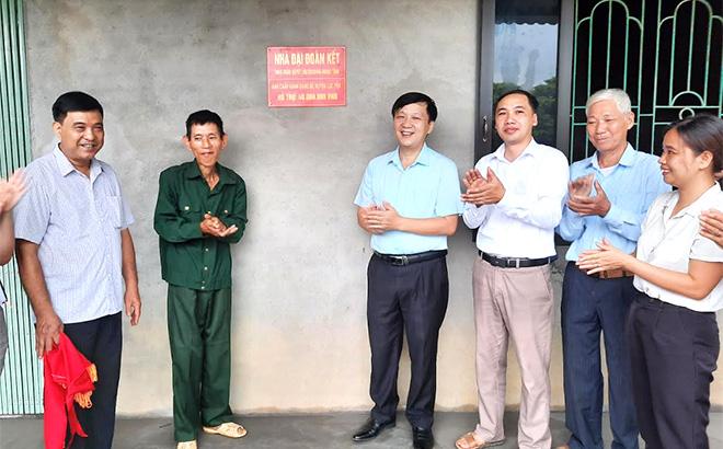 Đồng chí Hoàng Hữu Độ - Bí thư Huyện ủy Lục Yên bàn giao nhà Đại đoàn kết cho hộ nghèo xã Tân Lĩnh.