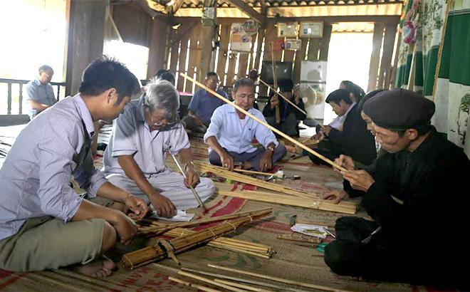 Các học viên tham gia lớp chế tác khèn bè thứ hai tại thị xã Nghĩa Lộ.