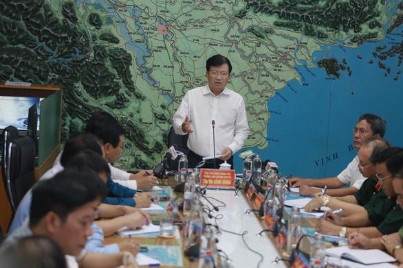 Phó thủ tướng, Trưởng Ban chỉ đạo Trung ương về Phòng chống thiên tai Trịnh Đình Dũng chủ trì cuộc họp khẩn ứng phó với bão số 5