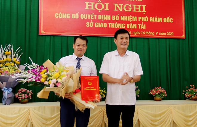 Đồng chí Nguyễn Chiến Thắng - Ủy viên Ban Thường vụ Tỉnh ủy, Phó Chủ tịch UBND tỉnh trao Quyết định và tặng hoa chúc mừng Phó Giám đốc Sở Giao thông vận tải Đào Ngọc Hùng.