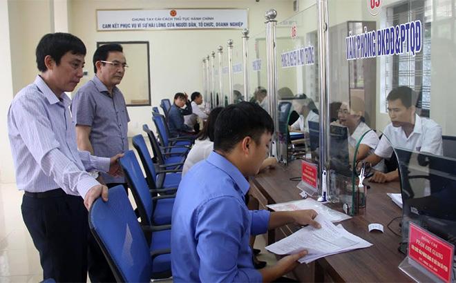 Công tác kiểm tra CCHC được thực hiện thường xuyên chấn chỉnh kịp thời những tồn tại, hạn chế. (Trong ảnh: Lãnh đạo Sở Nội vụ Yên Bái kiểm tra việc thực hiện giải quyết công việc liên quan đến TTHC cho tổ chức, cá nhân tại Bộ phận Phục vụ hành chính công huyện Văn Yên).