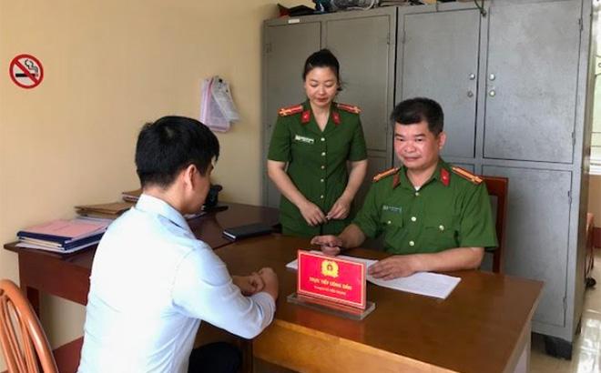 Công an xã Minh Quán, huyện Trấn Yên giải quyết thủ tục hành chính cho người dân.