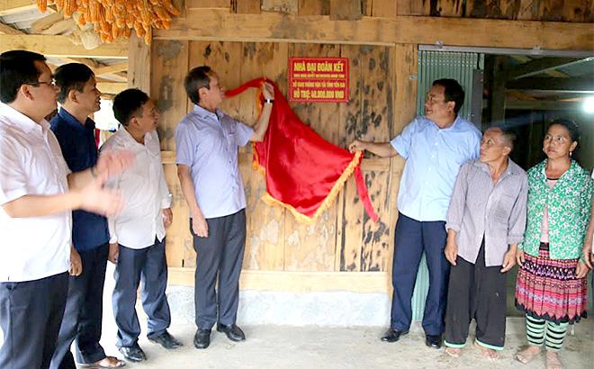 Lãnh đạo Sở Giao thông Vận tải và huyện Trạm Tấu trao nhà Đại đoàn kết cho gia đình ông Giàng A Lù, thôn Khấu Ly, xã Bản Mù.