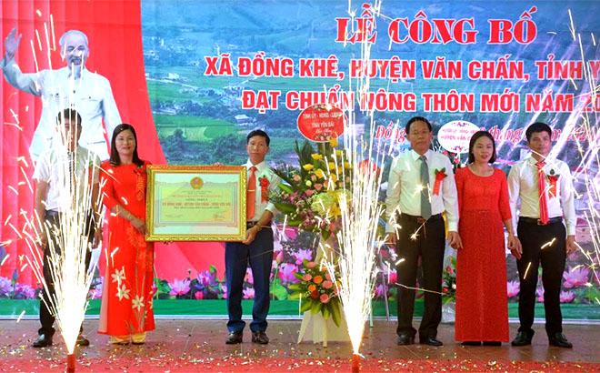 Đồng chí Nguyễn Văn Khánh - Phó chủ tịch UBND tỉnh, Phó Trưởng ban chỉ đạo xây dựng nông thôn mới của tỉnh trao Bằng công nhận đạt chuẩn nông thôn mới cho xã Đồng Khê, huyện Văn Chấn.