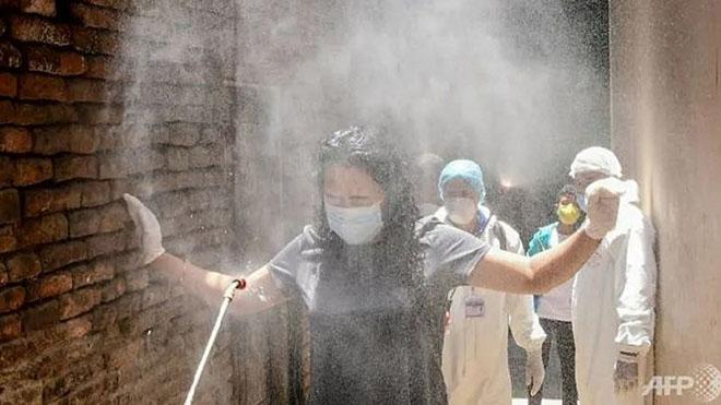 Phun xịt khuẩn chống Covid-19 tại một khu dân cư ở thủ đô Kathmandu.