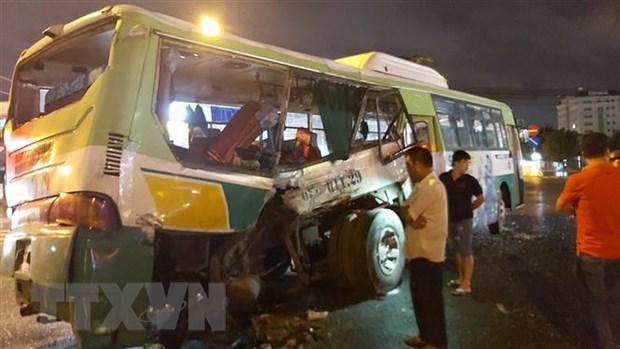 Xe khách hư hỏng nặng sau vụ tai nạn.