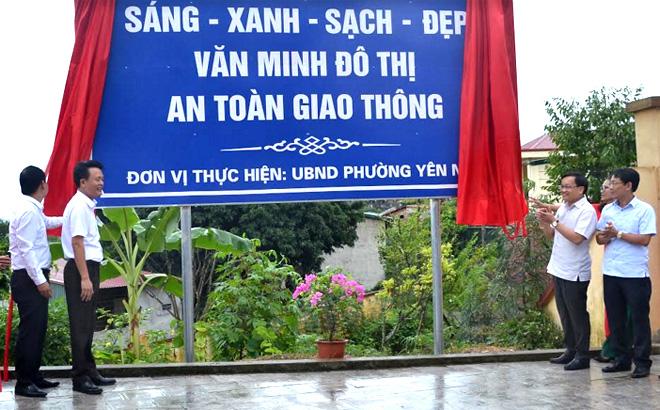Các đồng chí lãnh đạo thành phố, phường Yên Ninh thực hiện nghi lễ khánh thành tuyến đường văn minh đô thị tại phường Yên Ninh.