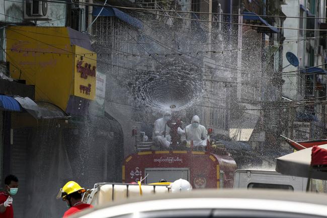 Phun chất khử trùng từ xe cứu hỏa nhằm hạn chế sự lây lan của COVID-19 ở Yangon, Myanmar.