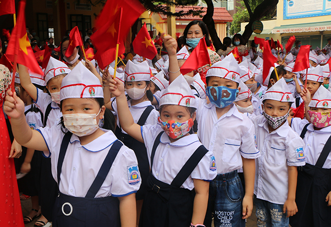 Học sinh Trường tiểu học Nguyễn Trãi hân hoan đón năm học mới. (Ảnh: Thanh Chi)