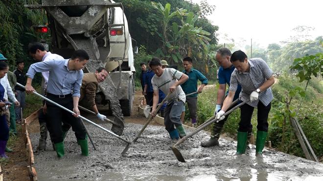 """Lãnh đạo huyện Văn Yên tham gia Phong trào """"Ngày thứ Bảy cùng dân"""" tại xã Đông Cuông."""