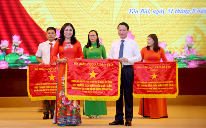 At a conference on implementing tasks set for the 2020-2021 school year on August 31 morning, Chairman of the Provincial People's Committee Do Duc Duy presented the Ministry of Education and Training's emulation flags for groups with outstanding performance in the