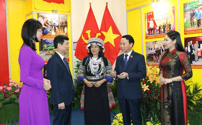 Đồng chí Đỗ Đức Duy - Phó Bí thư Tỉnh ủy khóa XVIII, Chủ tịch UBND tỉnh cùng đồng chí Nguyễn Minh Tuấn - Trưởng ban Tuyên giáo Tỉnh ủy trao đổi với các đại biểu nữ dự Đại hội.