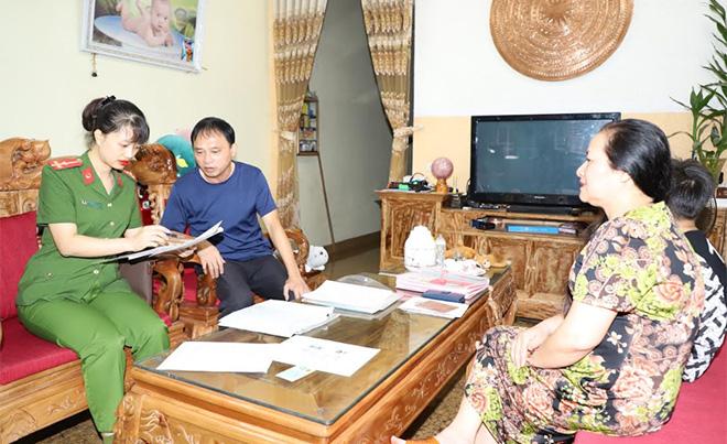 Công an thành phố Yên Bái trực tiếp đến nhà người dân thu thập thông tin.