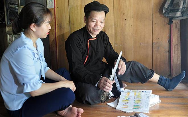 Ông Tướng Văn Tâm giới thiệu về nội dung cuốn sách cũng như vật dụng trong thực hành các thủ tục văn hóa tâm linh của người Dao.
