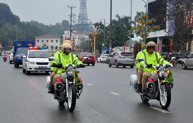 Lực lượng cảnh sát giao thông tỉnh Yên Bái ra quân đảm bảo trật tự, an toàn giao thông trong thời gian diễn ra Đại hội đại biểu Đảng bộ tỉnh Yên Bái lần thứ XIX và những tháng cuối năm 2020. (Ảnh: Quyết Thắng)