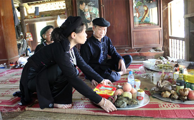 Paying tribute to ancestors with offerings during Pay Tai festival of Tay people in Luc Yen.