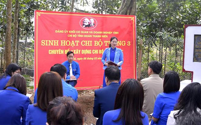 Chi bộ Tỉnh đoàn thanh niên tổ chức sinh hoạt chi bộ tại Khu di tích lịch sử Làng Chiềng, xã Cường Thịnh, huyện Trấn Yên.